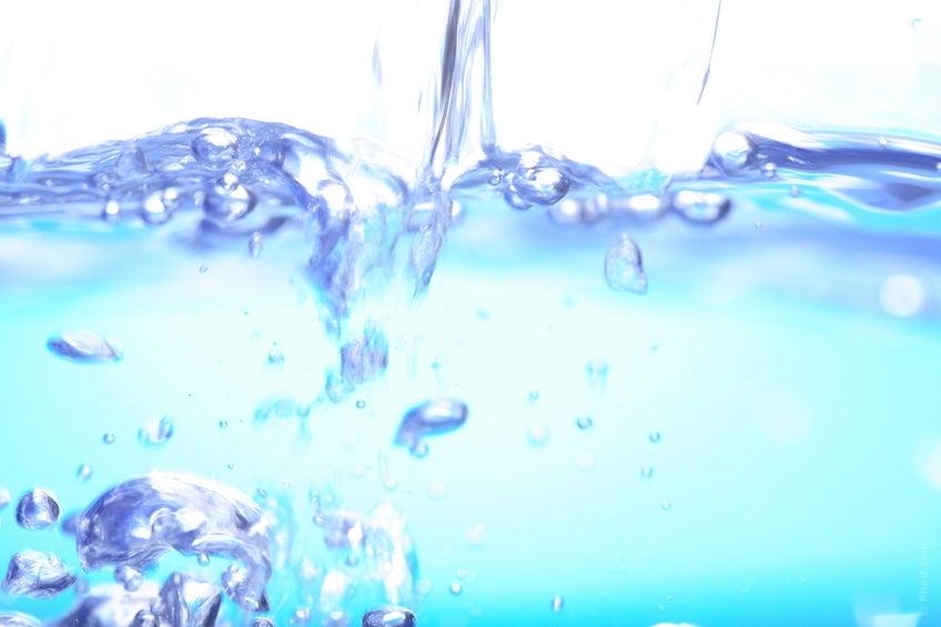 L'eau est basique et indispensable. Deux à trois litres par jour sont recommandés pour nettoyer les voies urinaires et combattre l'infection