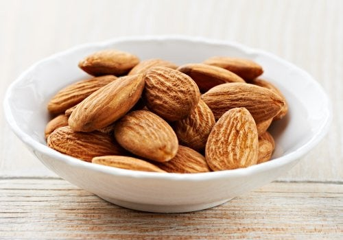 100 g of almonds contain a large amount of vitamin E (26.22 mg). It is a considerable contribution!