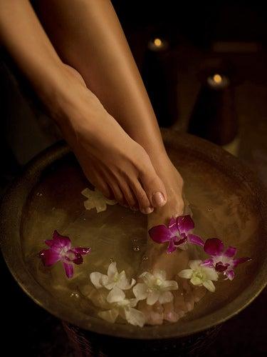 bains de pieds avec plantes
