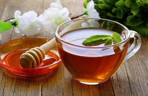 Infusion purifiante : miel, vinaigre de cidre et thé