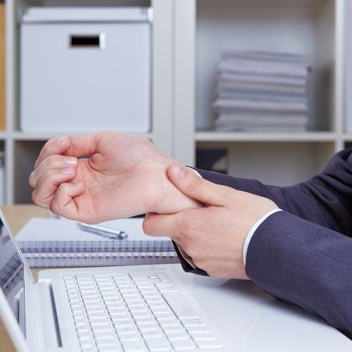 Le syndrome du canal carpien provoque un engourdissement dans la main et le poignet.