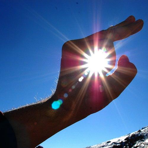 main qui entoure le soleil