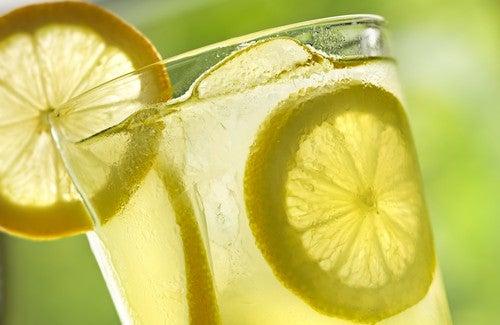 Eau tiède citronnée