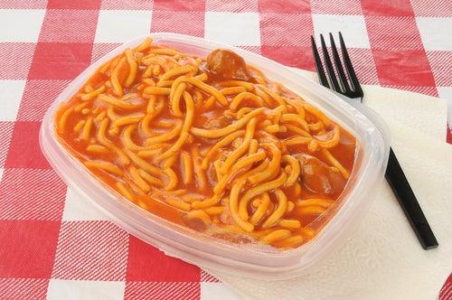 Dangers des assiettes en plastique.