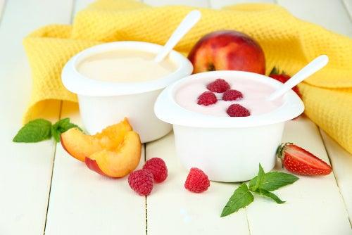 Yaourt eaux fruits et morceaux de fruits avec serviette jaune sur une table