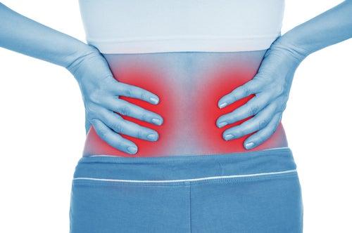 De fortes douleurs dans le bas du dos peuvent être les conséquences d'une maladie rénale.
