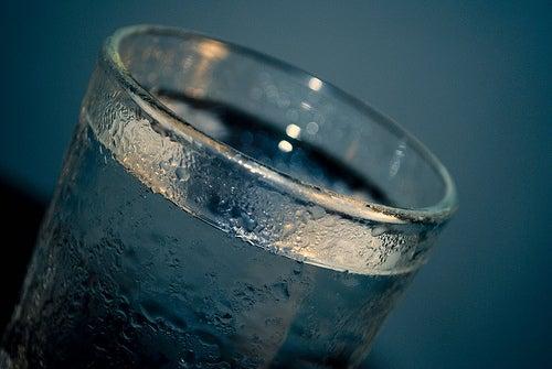eau froide pour éliminer les poches sous les yeux