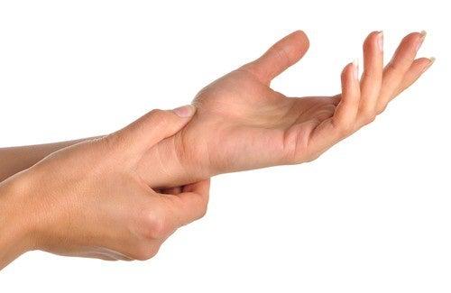 Les douleurs aux mains : à quoi sont-elles dues ?