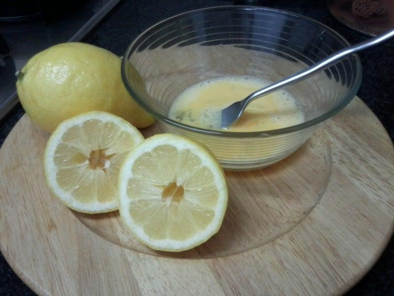 Préparation de la tarte au citron.