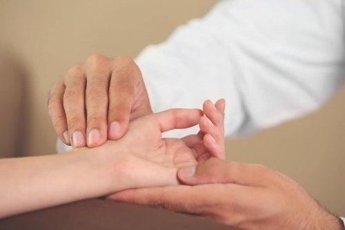Les douleurs aux mains peuvent indiquer une tendinite du poignet