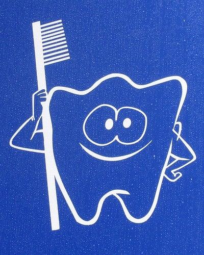 le massage et le brossage, des remèdes naturels pour les gencives et les dents