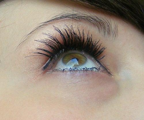 Exfoliez le contour des yeux.