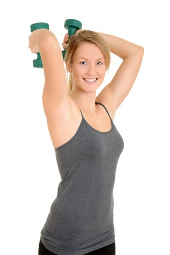 Faites des exercices pour lutter contre les bras flasques.