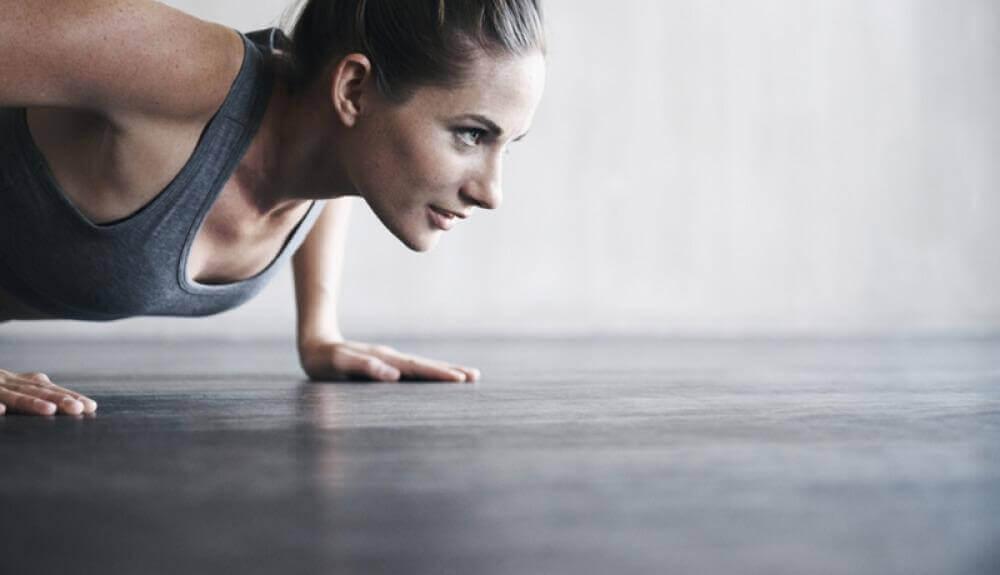Femme qui fait des exercices physiques