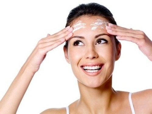 Le masque de kéfir pour la personne ne blanchissant pas