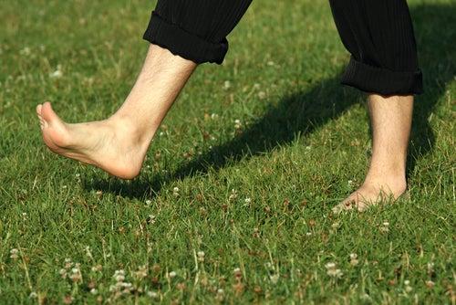marcher pieds nus pour atténuer les douleurs plantaires