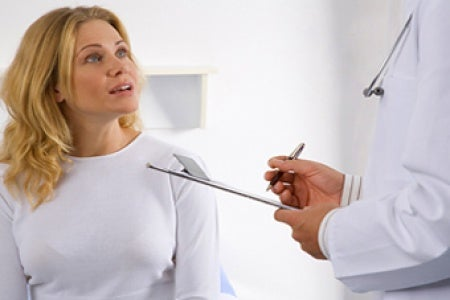 Femme qui consulte son médecin