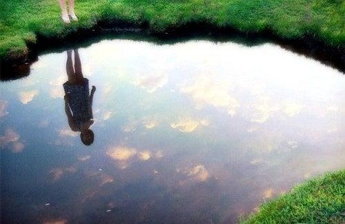 Découvrez la loi du miroir pour vous sentir heureux