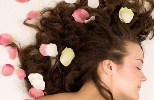 Parfumez vos cheveux avec un produit naturel