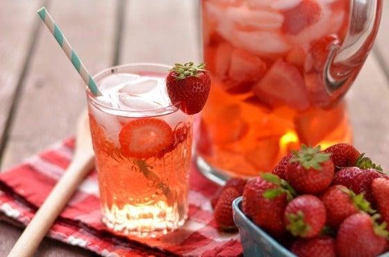 Préparation de l'eau à la fraise.