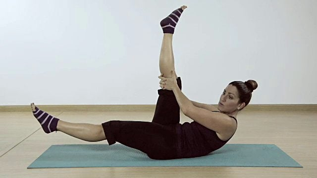 exercices de Pilates pour affiner la taille : les ciseaux