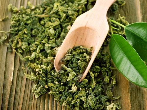 Feuilles de thé vert contre les poches sous les yeux.