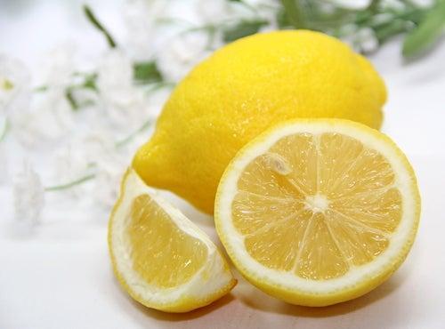 Ajouter le citron à vos cheveux.