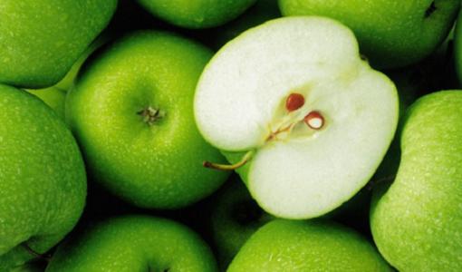 Pommes vertes sur les poches sous les yeux.