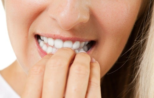 Pour se renforcer les ongles, il faut éviter de les ronger.