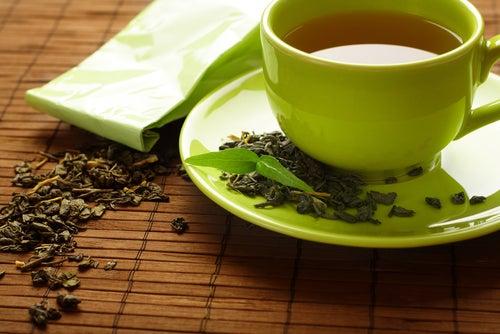 Le thé vert pour des cils longs.