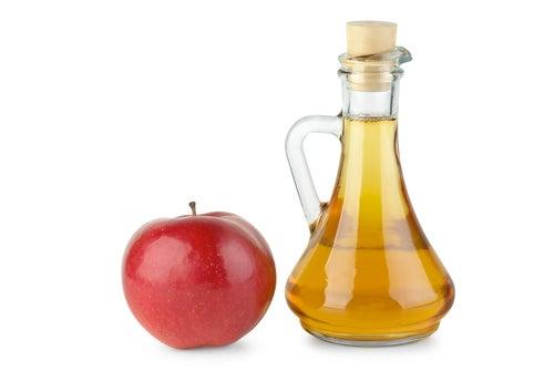 Le vinaigre de pomme est un moyen très efficace de renforcer les ongles.