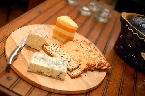 Pourquoi avons-nous des boutons? Le lait, le fromage et la charcuterie sont responsables.