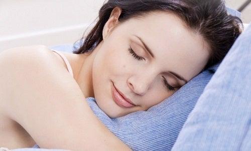 Comment préparer un parfum d'oreiller relaxant pour mieux dormir