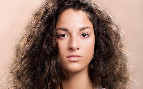 8 astuces simples contre les cheveux crépus