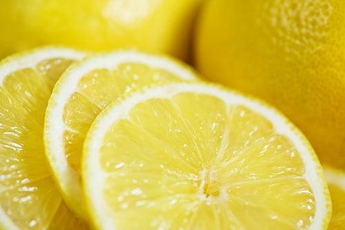 Tonifier la peau avec du citron.