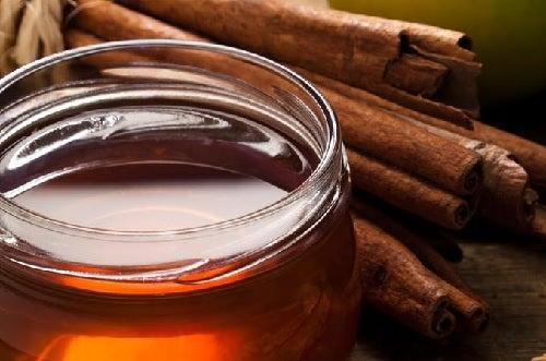 Infusion de cannelle et de miel pour mincir.