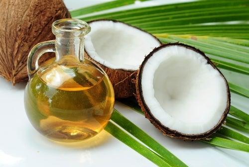 huile de coco et coco coupé en deux