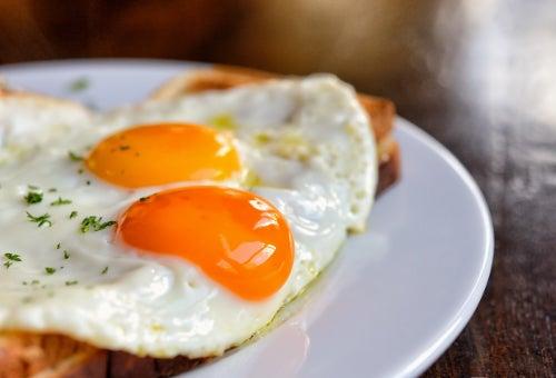 Manger des œufs protège la vue.