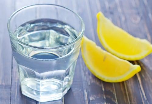 Verre d'eau et citron posés sur une table