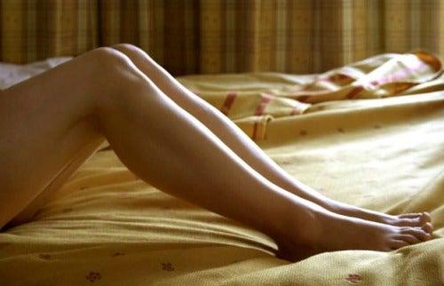 Jambes sur un lit