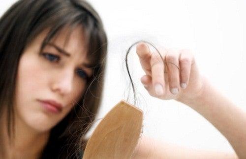 Chutes de cheveux chez la femme causes