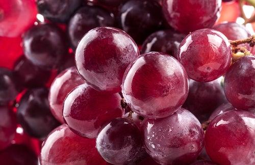 des fruits pour réduire les douleurs articulaires : raisin