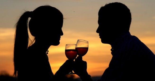 couple qui prend un verre