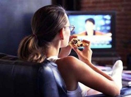 Les dangers de manger devant la télévision