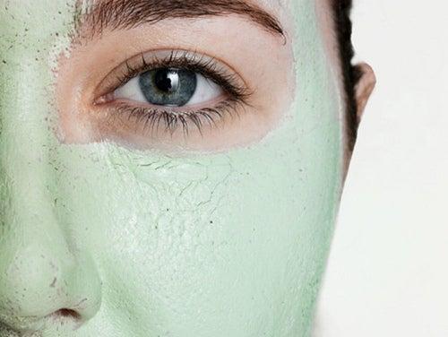 Recouvrez-la-beauté-du-visage-avec-de-l'argile