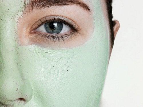 Un masque pour visage aide à resserrer les pores