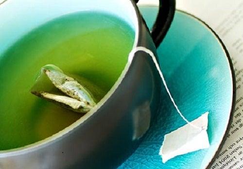 Le thé vert contre les graisses.