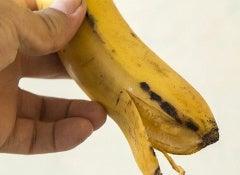 Blanchir-les-dents-avec-de-la-peau-de-banane
