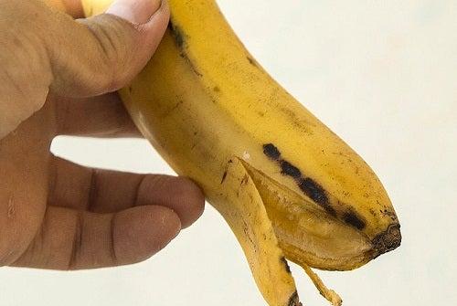 Se blanchir les dents avec de la peau de banane