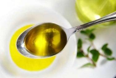 huile dans une cuillère